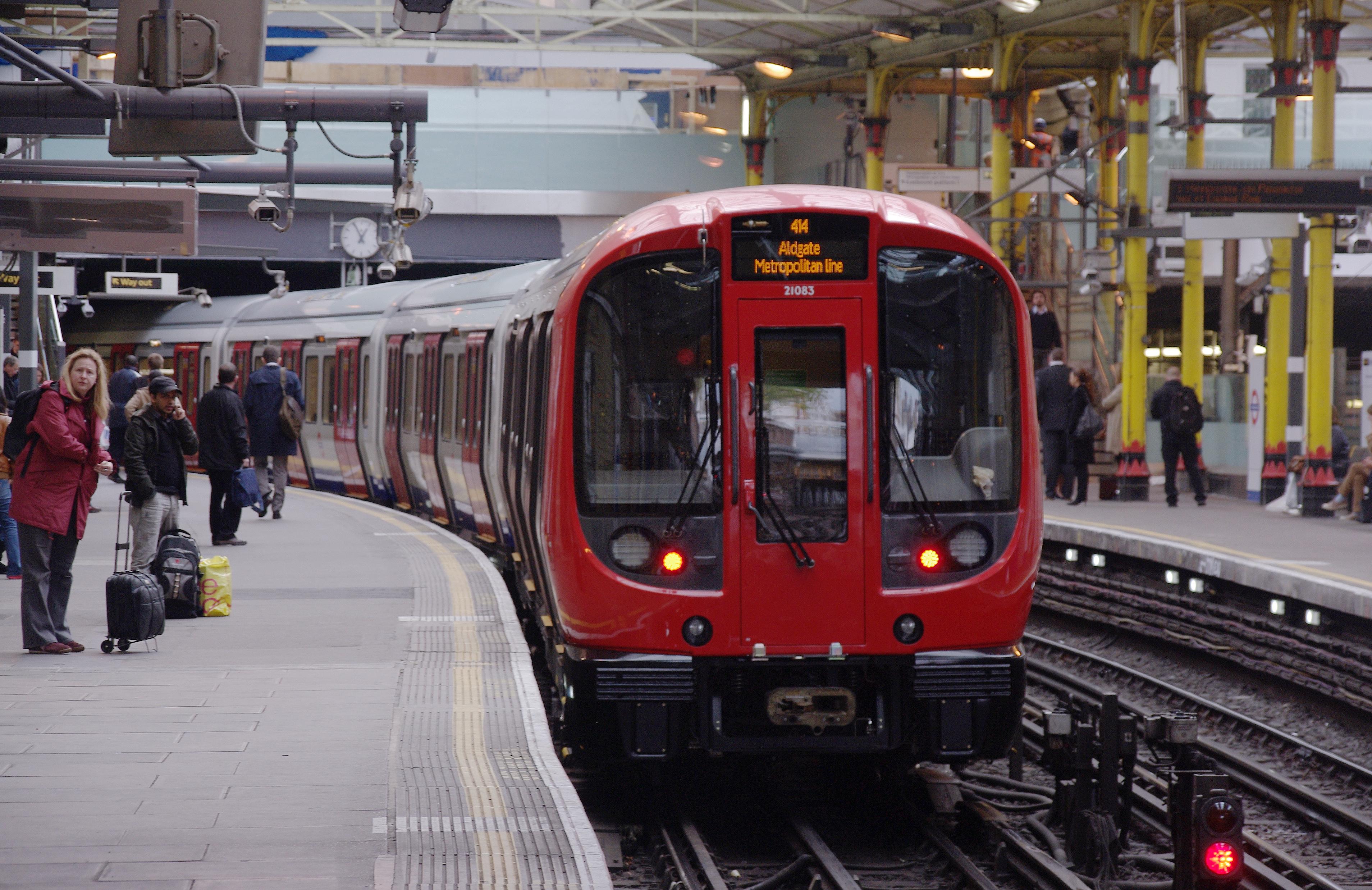 Farringdon_station_MMB_22_S-Stock.jpg