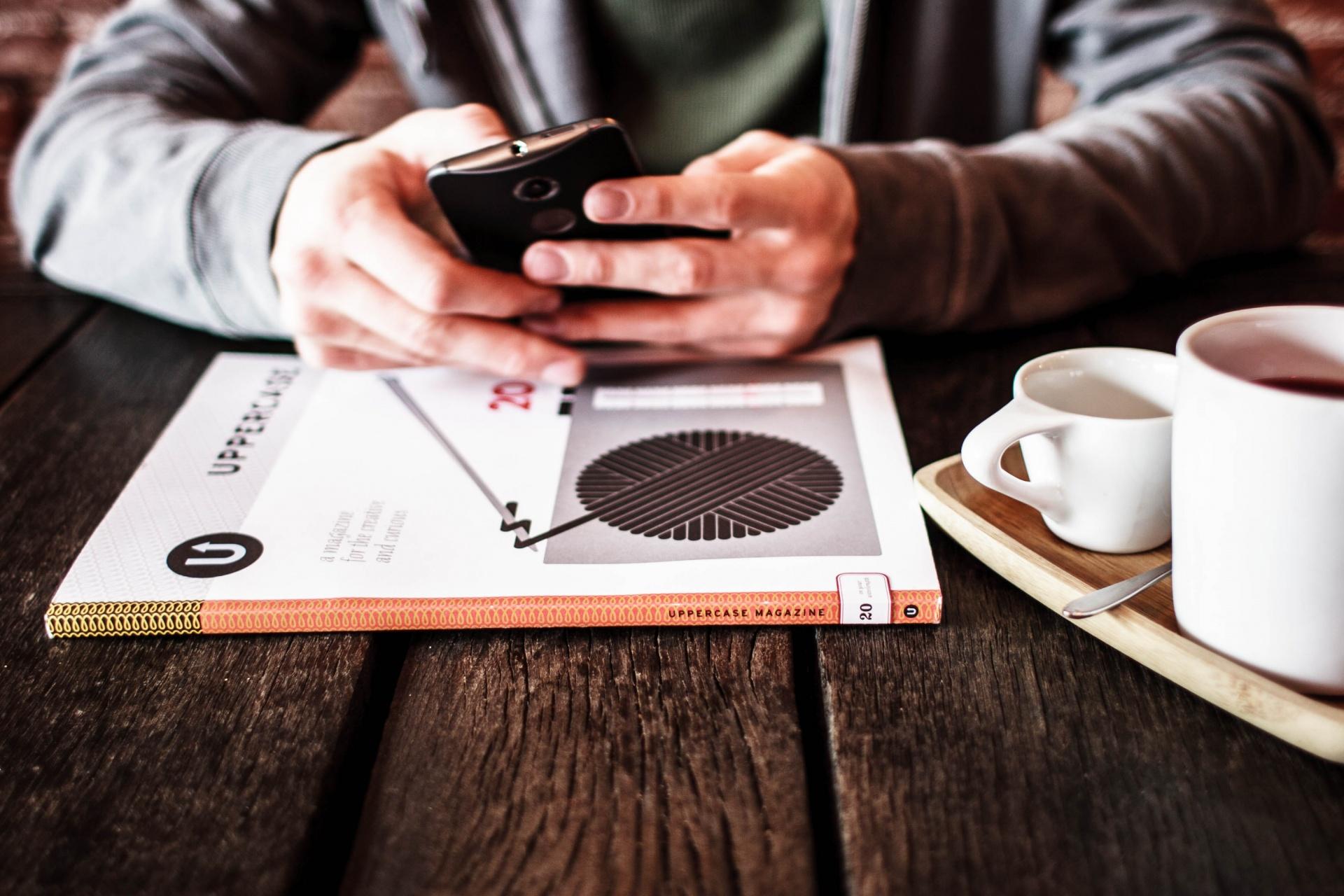 homme-cafe-et-smartphone.jpg