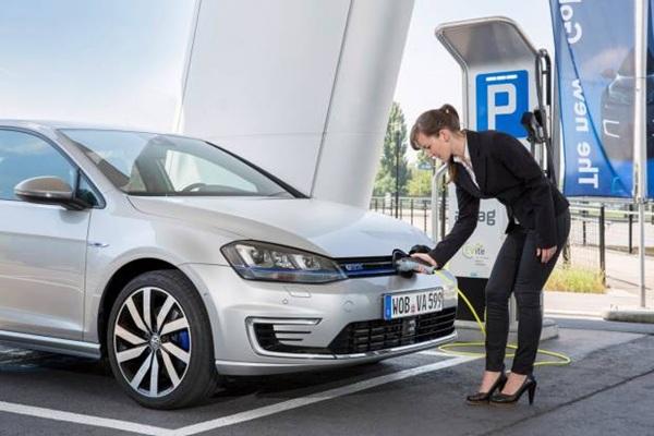 volkswagen-golf-gte-coche-electrico-en-recarga-opt.jpg