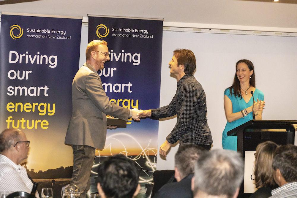 Dougal Gillman (fronius) presents award to Rogier Simons from Vector Powersmart