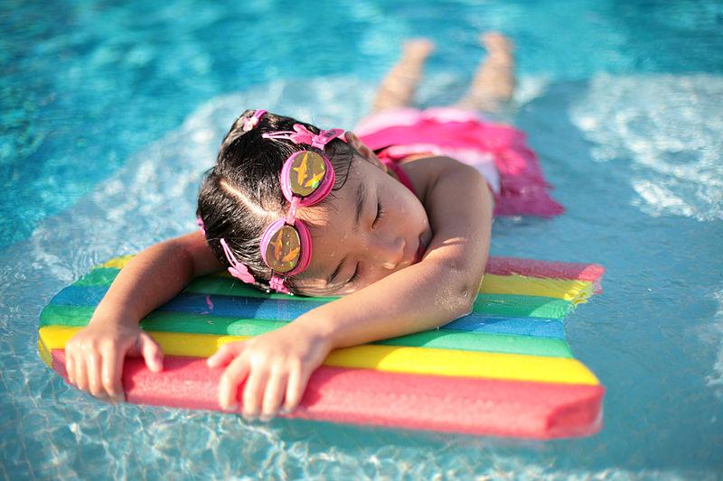 800px-Girl_with_styrofoam_swimming_board.jpg