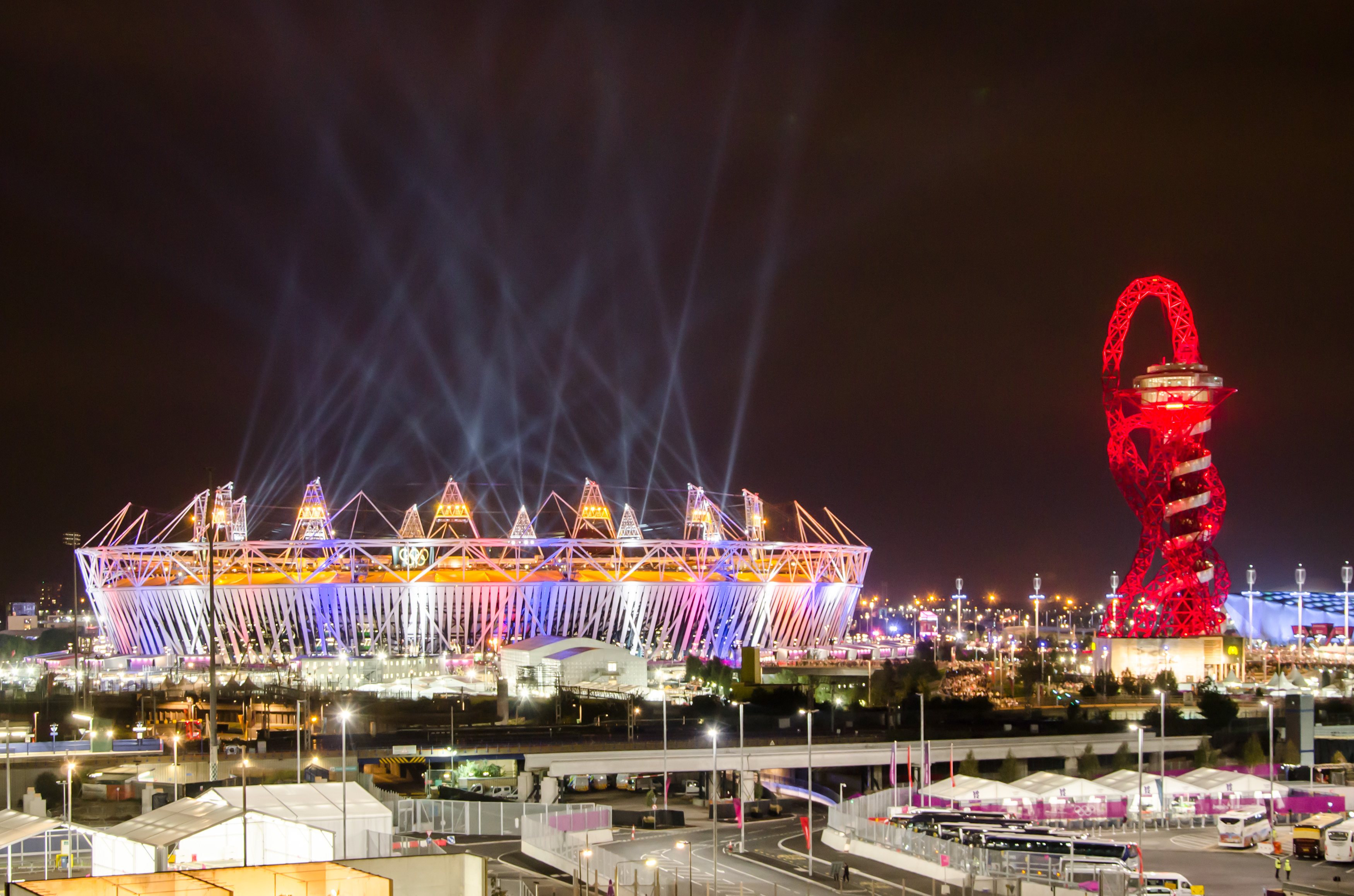 Olympic_stadium_and_The_Orbit_during_London_Olympics_opening_ceremony_(2012-07-27)_2.jpg