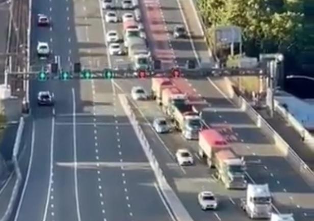 Major truck convoy rallies against Sydney lockdown