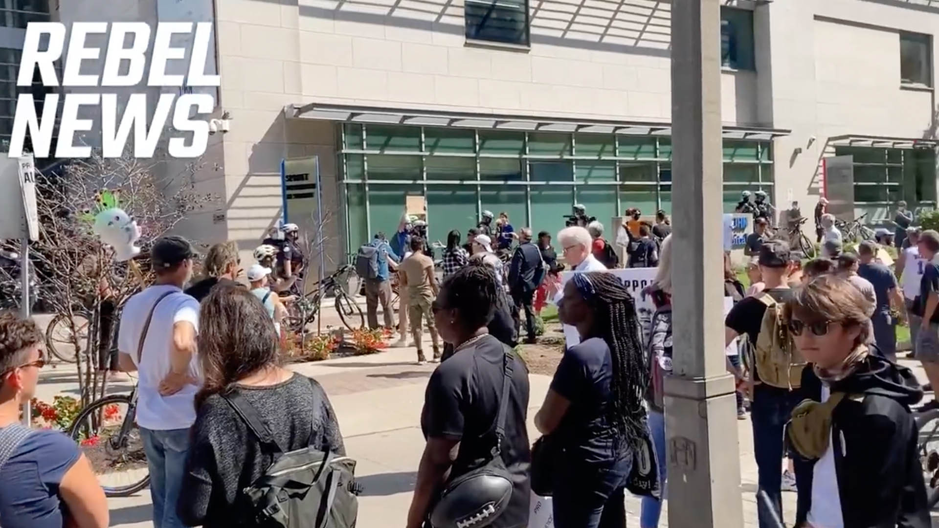Healthcare workers, allies gather outside Toronto General Hospital to protest vaccine mandate