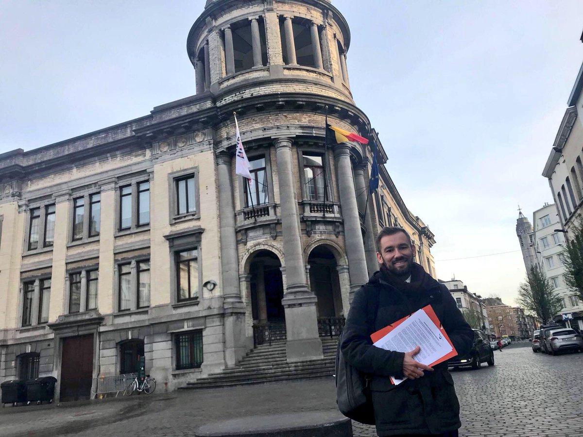 Thierry Masson devant la maison communale de Molenbeek lors du dépôt de l'interpellation citoyenne