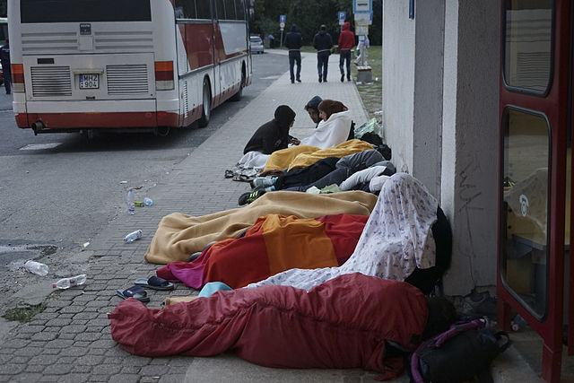 Syrian_refugees_sleeping_in_the_open_air_during_refugee_crisis._Budapest__Hungary__Central_Europe__4_September_2015.jpg