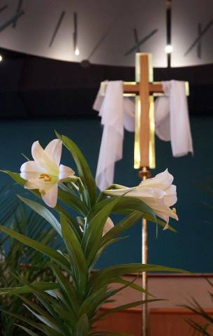 Easter_lilies_with_cross.jpg