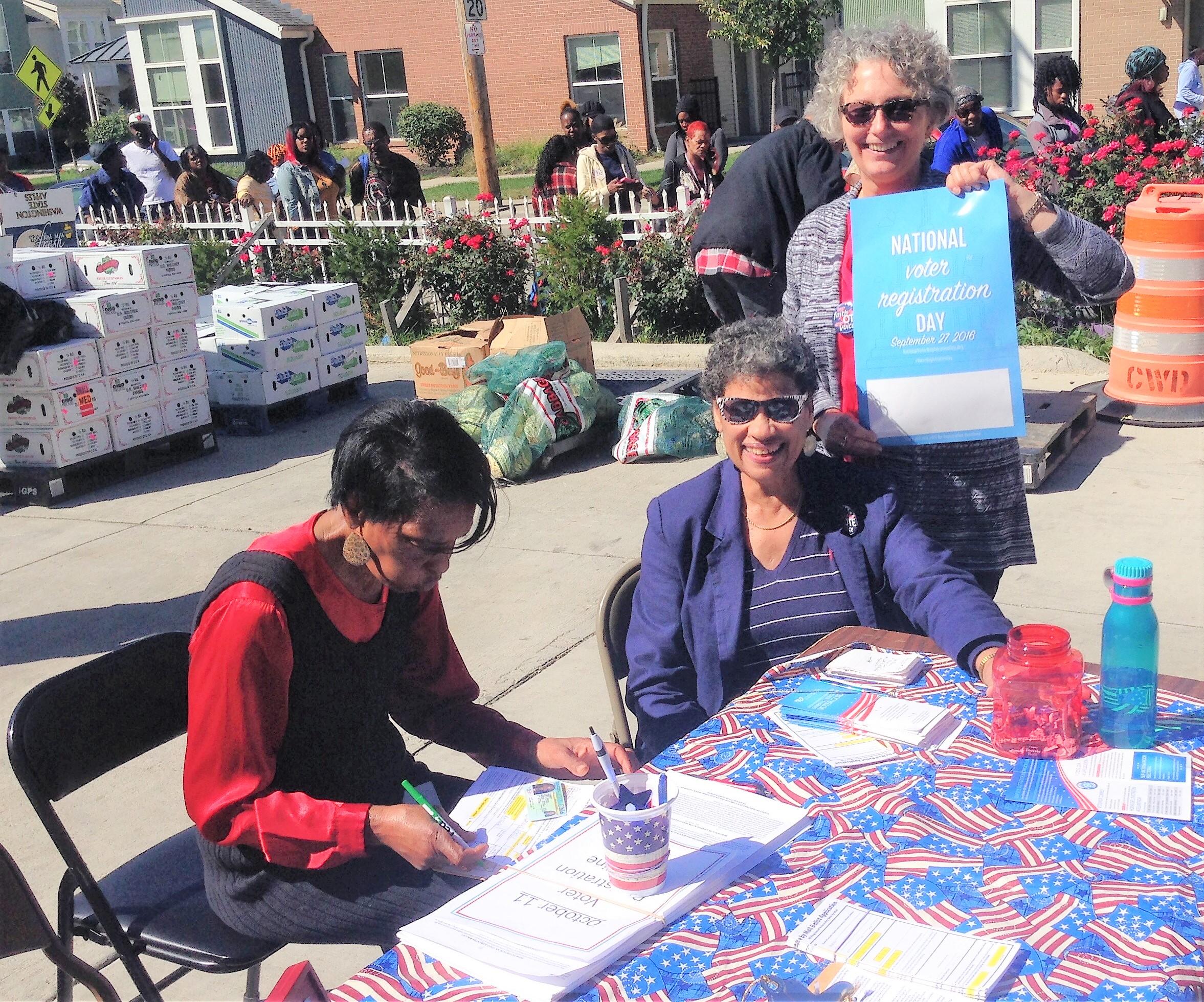 Amistad Chapel members register voter 2016