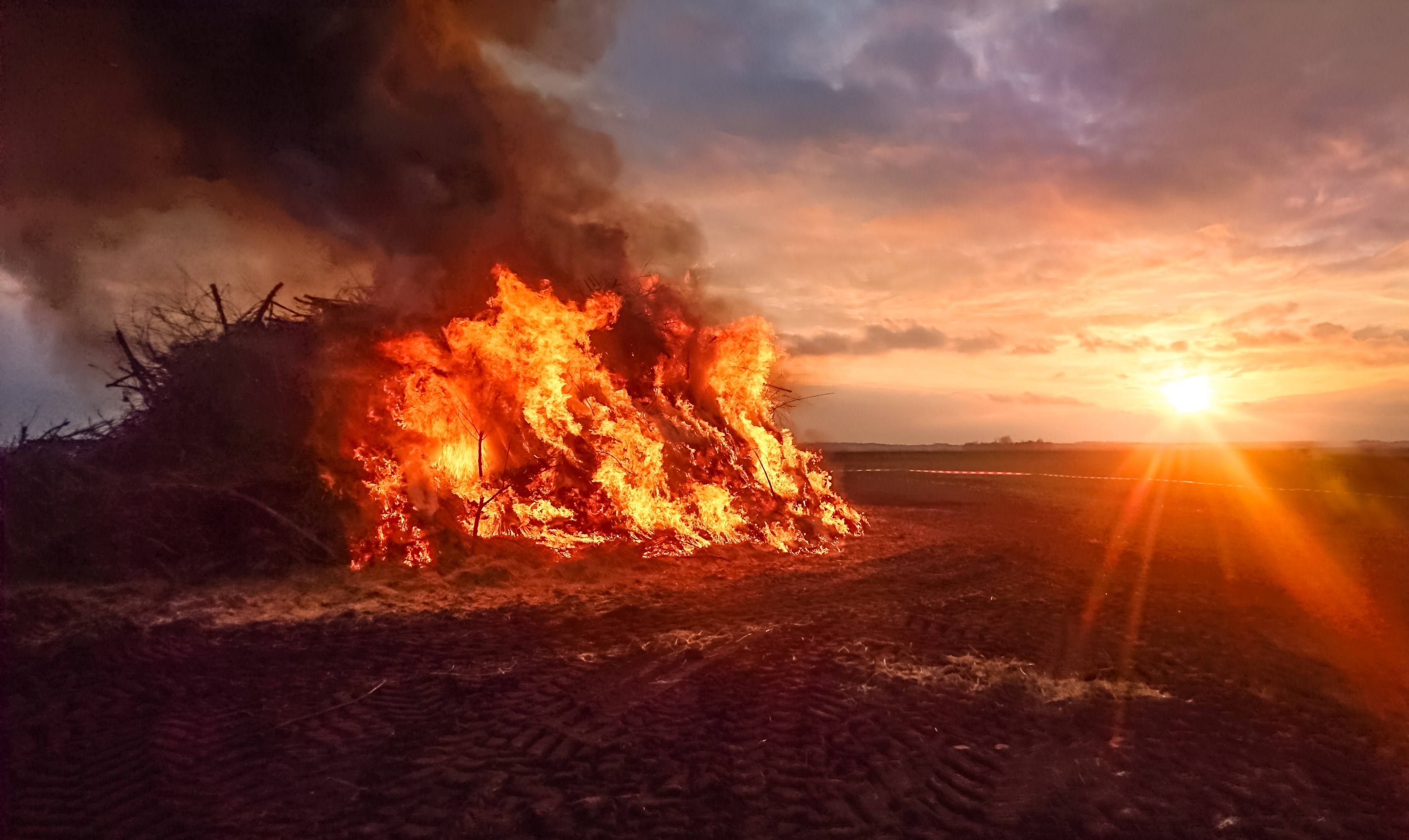 bonfire-during-sunset-1019472.jpg