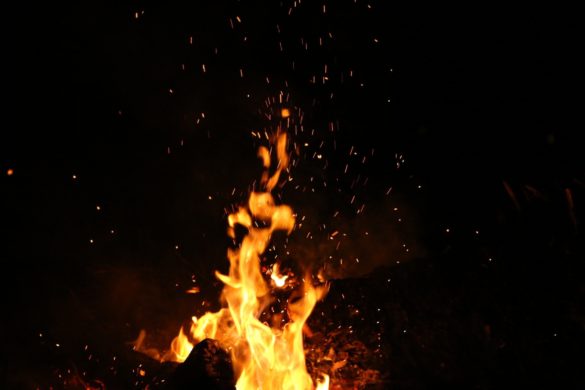 night-fire-burning-sparks-110867.jpg