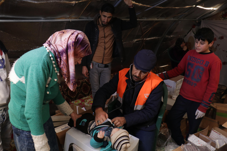 Médecin de l'UOSSM avec un patient Idleb camp
