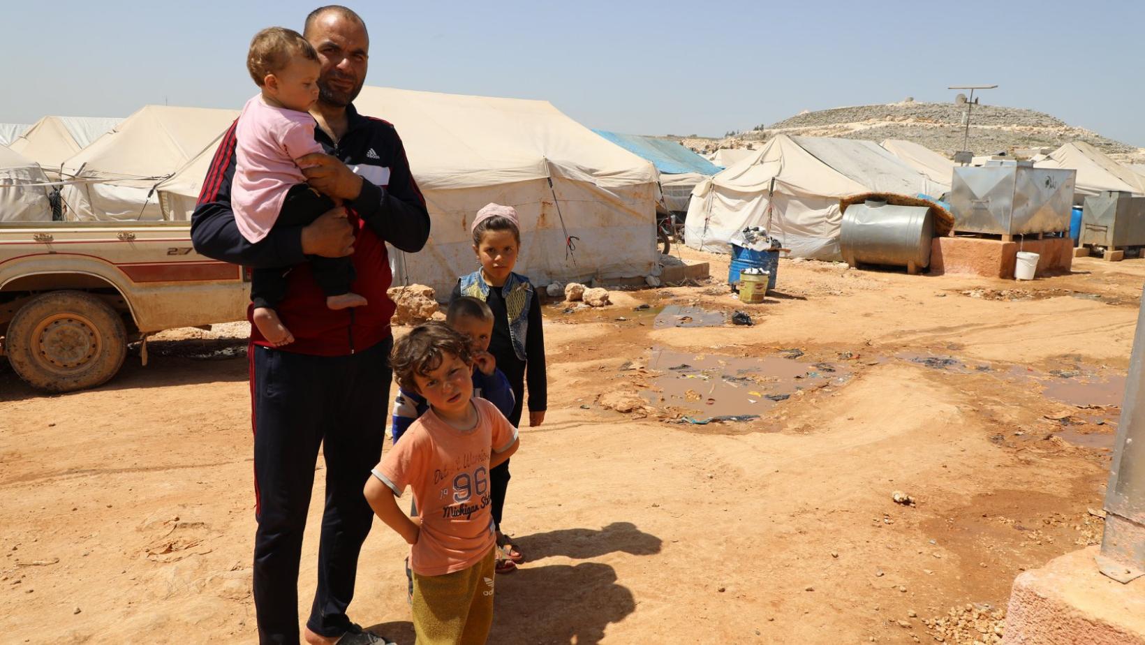 Ahmad et sa famille, confiné dans leur tente