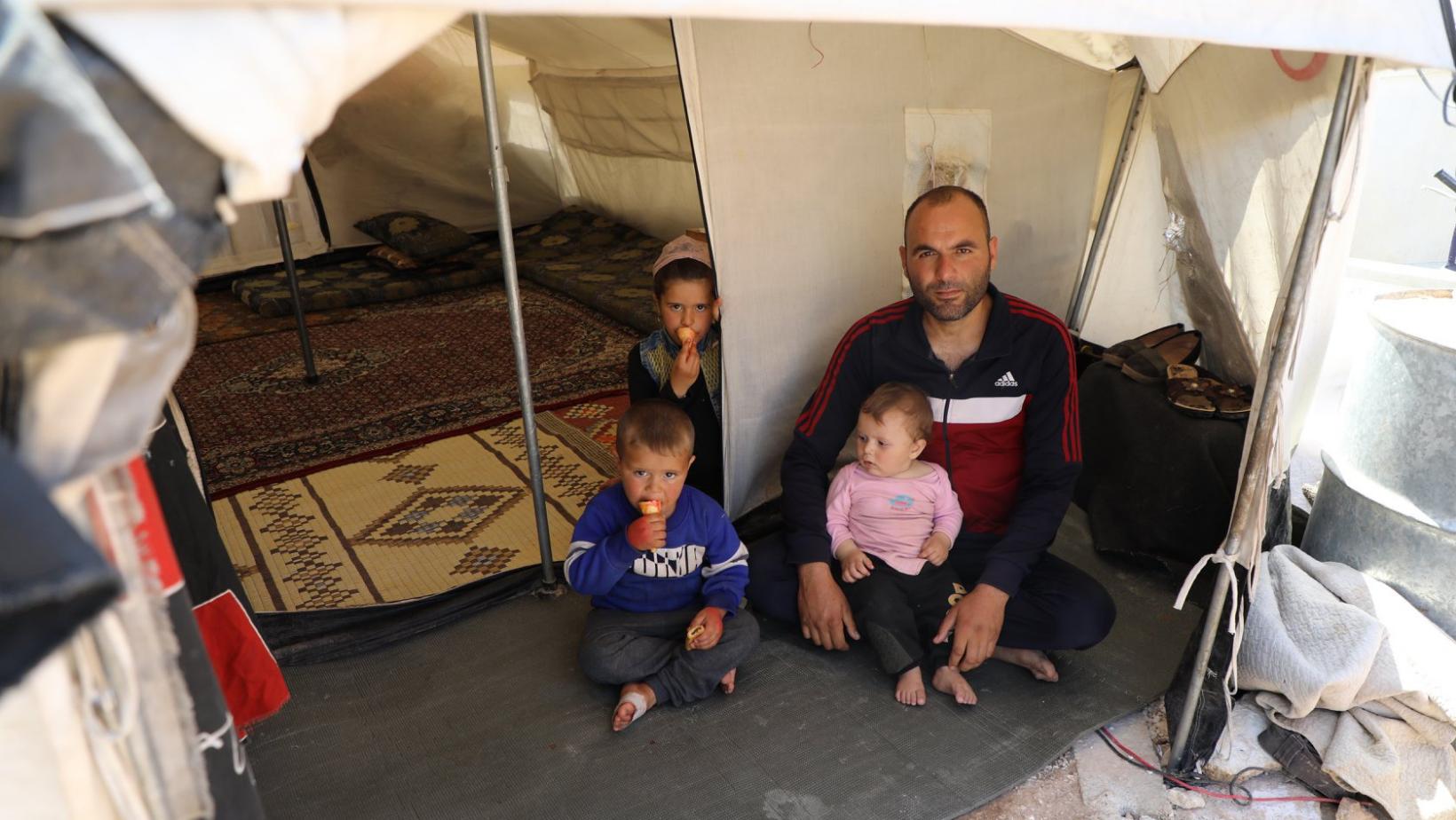 Ahmad et sa famille, devant leur tente