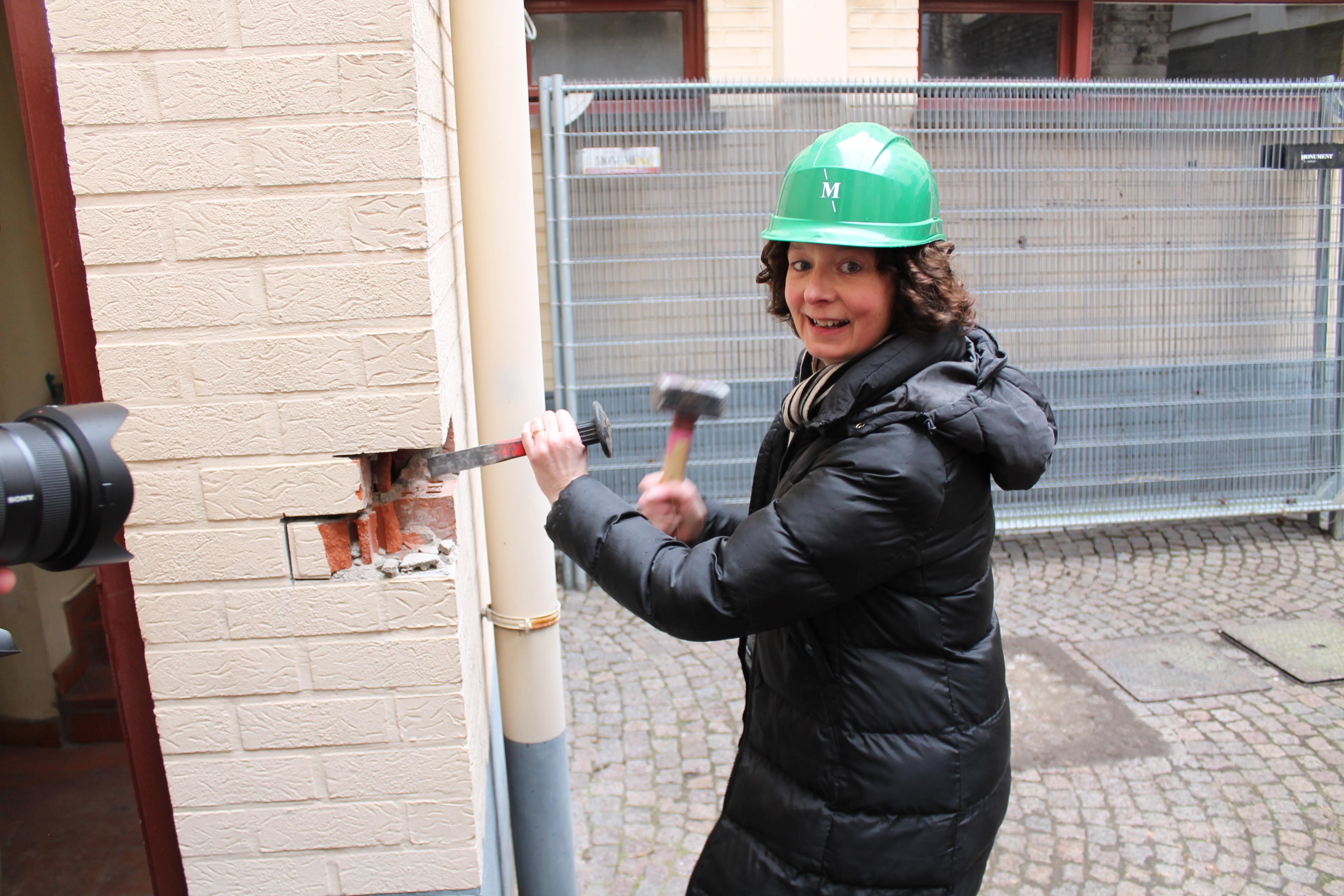 Annelies_met_helm_en_hamer_en_beitel_(1).JPG