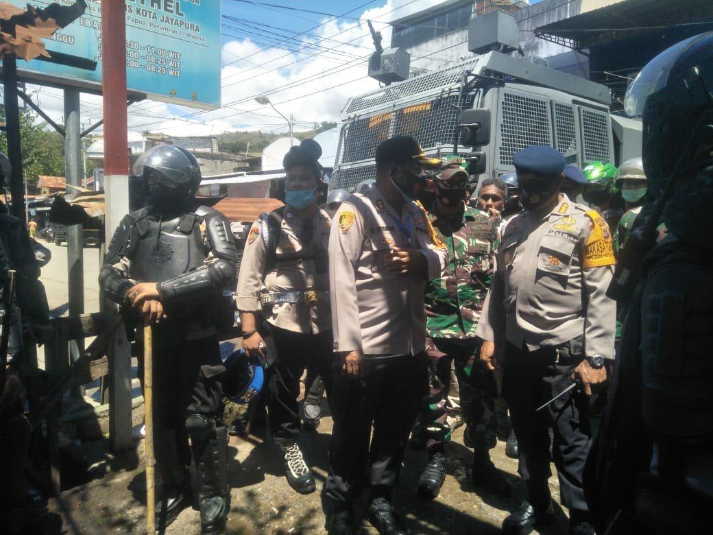Jayapura police chief Gustav Urbinas and Papuan Brimob Commisar Mansnembra