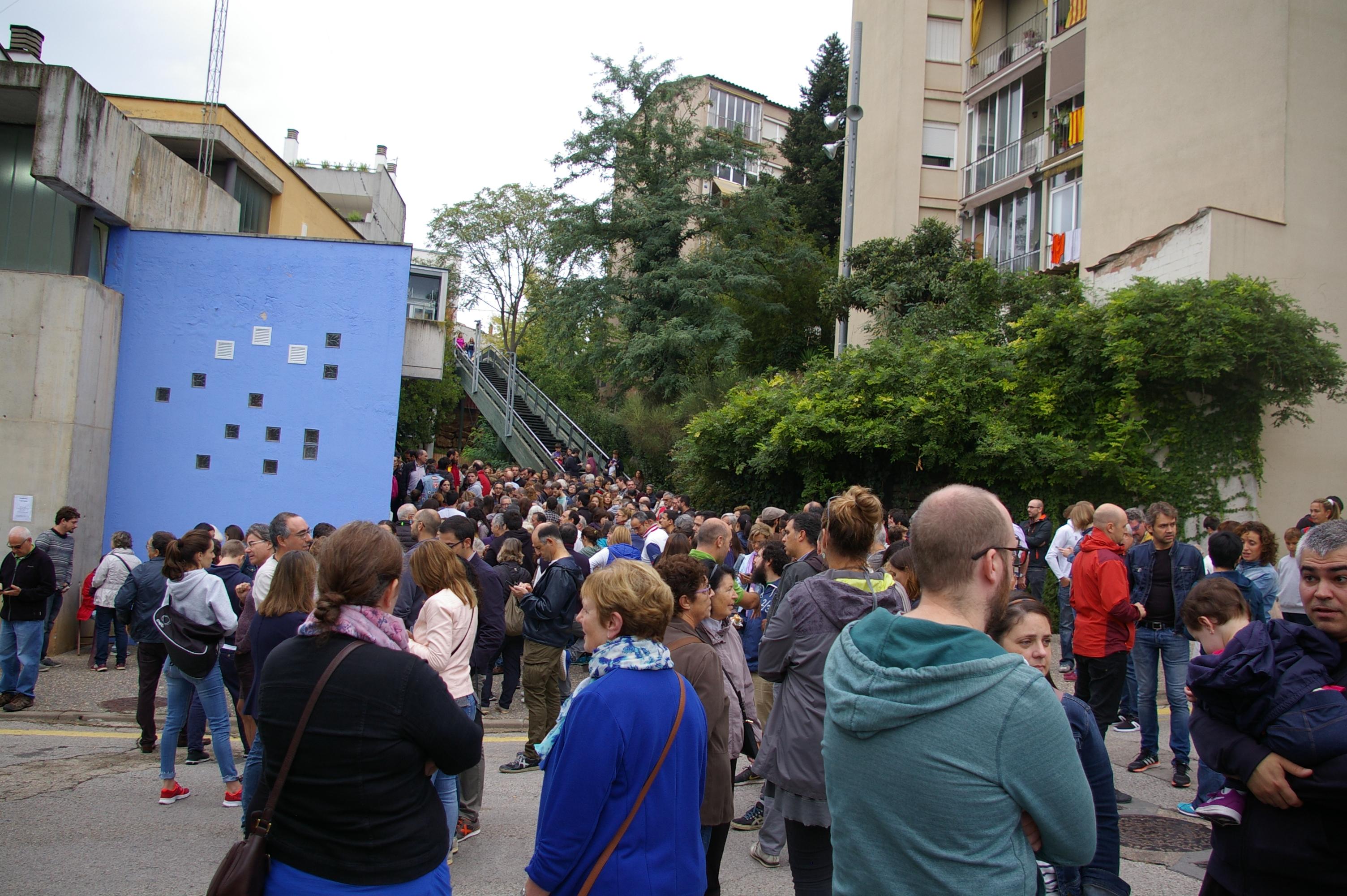 Polling_day_crowds_Girona_(2).jpg