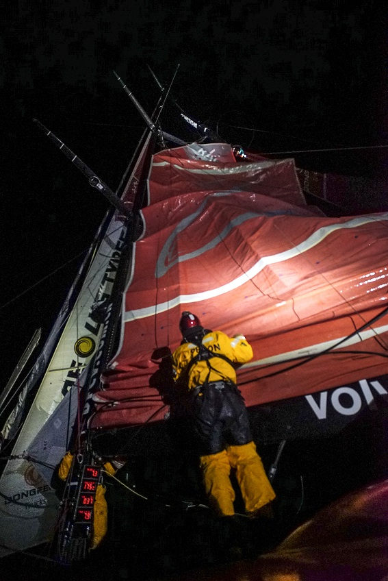 Dongfeng breaks mast