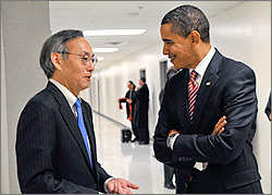 Steven Chu discusses ARRA with President Barack Obama at DOE