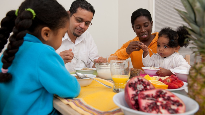Family_eating_healthy_breakfast_(2).png